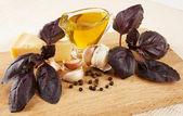 Pesto soslu ahşap tahta üzerinde maddeler — Stok fotoğraf