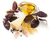 Pesto sos üzerine beyaz izole malzemeleri — Stok fotoğraf
