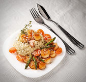 Risotto with pan seared sea scallops on table — Stock Photo