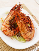 Jumbo prawns with lettuce — Stock Photo