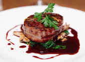 Bifteck de filet mignon au bacon, sauce rouge — Photo