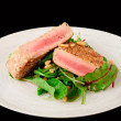 Lightly seared tuna steak and fresh salad — Stock Photo