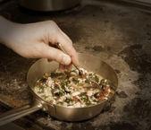 Kocken omrörning risotto — Stockfoto