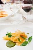 Равиоли с соусом песто и картофельные чипсы — Стоковое фото