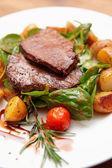 Steak s smažené brambory v desce — Stock fotografie