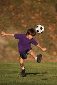 Balón de fútbol coleando chico — Foto de Stock