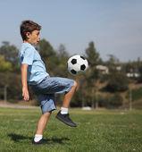 молодой мальчик с футбольным мячом — Стоковое фото