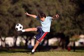 Futbol topu parkta genç çocukla — Stok fotoğraf