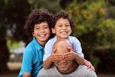 Padre di razza mista e figli giocano fuori — Foto Stock