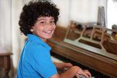 Jongen speelt piano — Stockfoto