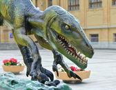 Dinosauro in una strada — Foto Stock