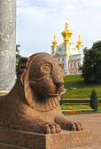 Statue of a lion in Peterhof, Petersburg — Stock Photo