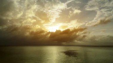 Beau coucher de soleil dans les caraïbes. — Vidéo