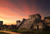 Castillo fortress at sunset in the ancient Mayan city of Tulum, — Stock Photo