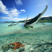 Philippine original boat on a background of green islands and st — Stock Photo