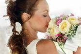 Портрет красивой девушки в белом с свадебный букет. — Стоковое фото