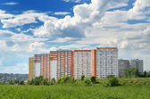 The modern 17-storey yellow-orange house in a green area near Mo — Foto Stock