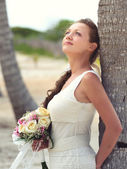 Portrait of a dreaming bride in white with a beautiful bouquet o — Foto Stock