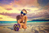 La ragazza urla alla telecamera contro una bella beac tropicale — Foto Stock