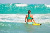Surfer girl - lichaam surfen strand vrouw lachen plezier — Stockfoto