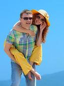 Portret van een gelukkige paar lachen om camera. — Stockfoto