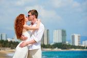 Romantiska par kyssar på stranden. — Stockfoto