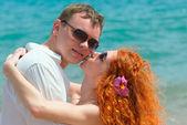 Verliefde paar op het strand — Stockfoto