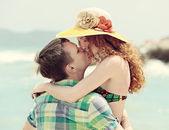 Romantisch paar zoenen op het strand. — Stockfoto