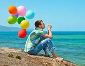 Mann denken und beobachtete das meer am strand — Stockfoto