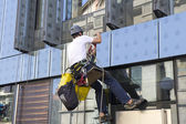 Climber wash windows — Stock Photo