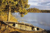 Pirogue sur le rivage d'un lac — Photo