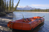 Rafting boat at river shore — Stock fotografie