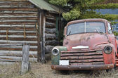 Cabin and old-timer car — Stock Photo