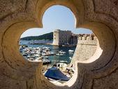 Dubrovnik, port, ancienne forteresse et la vieille ville — Photo