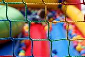 опасные площадка - здравоохранения детей, весело проводя время в шары бассейн — Стоковое фото
