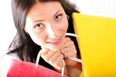 Hermosa mujer compra feliz sosteniendo bolsas — Foto de Stock