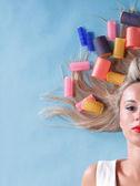 Pin up donna ragazza stile retrò ritratto asciugatura capelli — Foto Stock