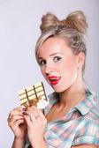 Dziewczyna pinup kobieta jedzenie czekolady portret — Zdjęcie stockowe