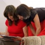 młody dwie kobiety w czytania magazynu. czytanie w domu — Zdjęcie stockowe