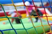 危险的操场-健康护理儿童玩乐时间在球池 — 图库照片