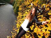 Femme fille portret en automne mur feuille verte — Photo