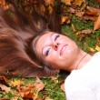 Woman girl portret in autumn leaf — ストック写真