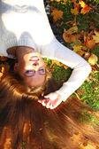 Kadın kız portret sonbahar yaprak içinde — Stok fotoğraf