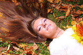 Woman girl portret in autumn leaf — Stock Photo