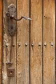 Puerta de madera vieja. pomo metálico — Foto de Stock