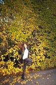 Mujer niña portret en otoño pared hoja verde — Foto de Stock