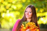 Foglie di autunno donna su sfondo — Foto Stock