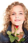 Bionda bella giovane donna nel ritratto romantico rosso rosa isola — Foto Stock