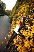 тпортрет девушка женщина в осенние стене зеленый лист — Стоковое фото