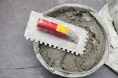 строительный рабочий облицовка дома клей для плитки пола — Стоковое фото
